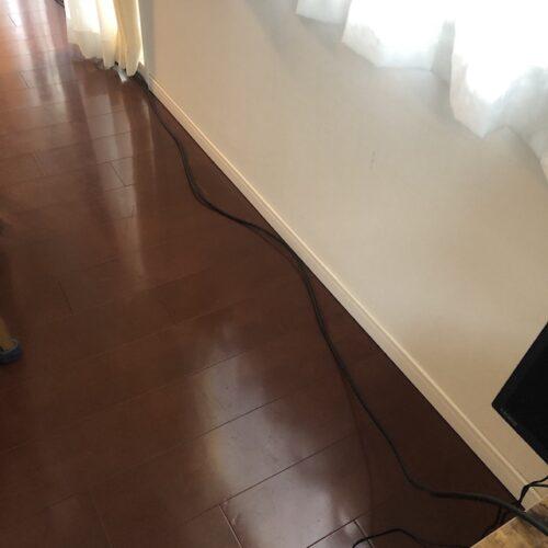 部屋を縦断する太いケーブル